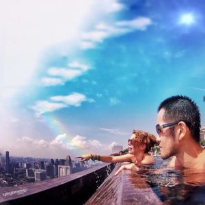 Flashpacking at the Marina Bay Sands Infinity Pool in Singapore /// VINJABOND