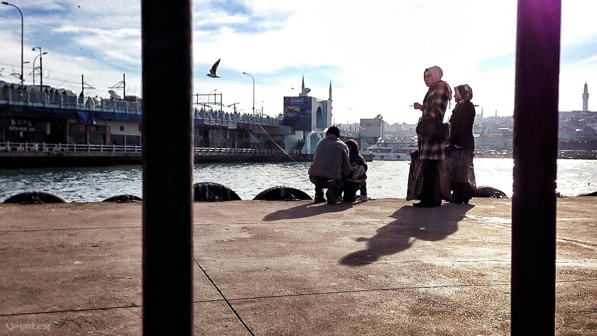 Across Galata Bridge in Istanbul, Turkey /// Vinjatek