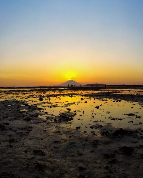 Sunset over Mount Agung Volcano Viewed From Gili Air Island in Indonesia /// Vinjatek