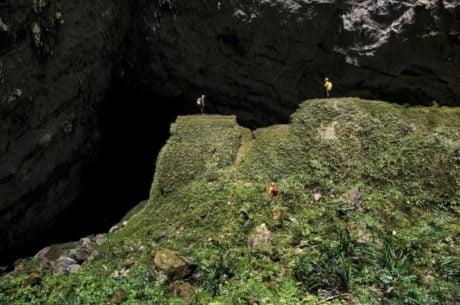 Son Doon Cave Entrance in Vietnam /// Vinjatek