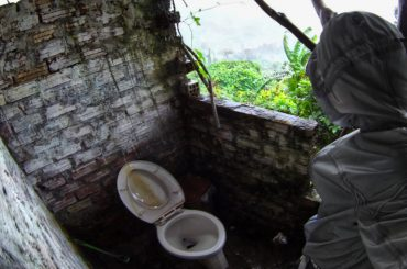 Bathroom at Hai Van Pass in Vietnam /// Vinjatek