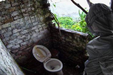 Bathroom at Hai Van Pass in Vietnam /// Vinjatek