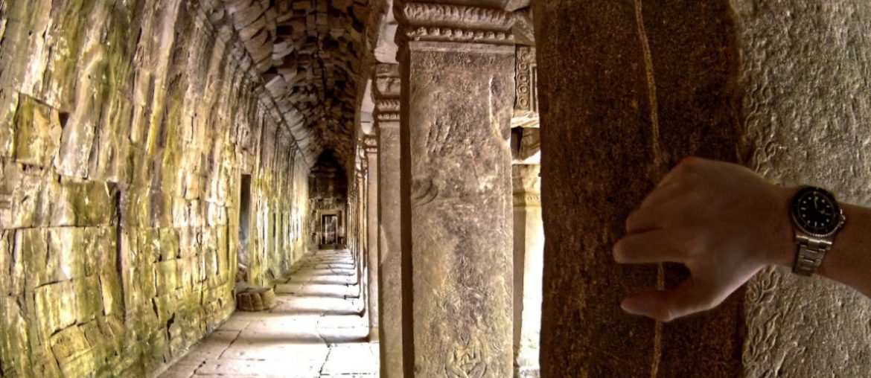 Corridor in Angkor Wat, Siem Reap, Cambodia /// Vinjatek